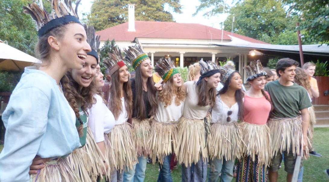 タンザニア文化を楽しむ高校生ボランティアたち